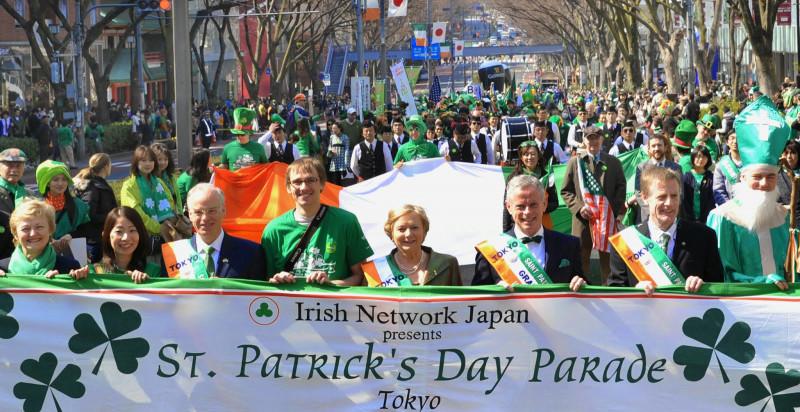 を主旨に、1992年から開催されているアジア最大級のセントパトリックスデー・パレードです。パレードではアイルランドのシンボルカラー「グリーン」を身につけた1,000
